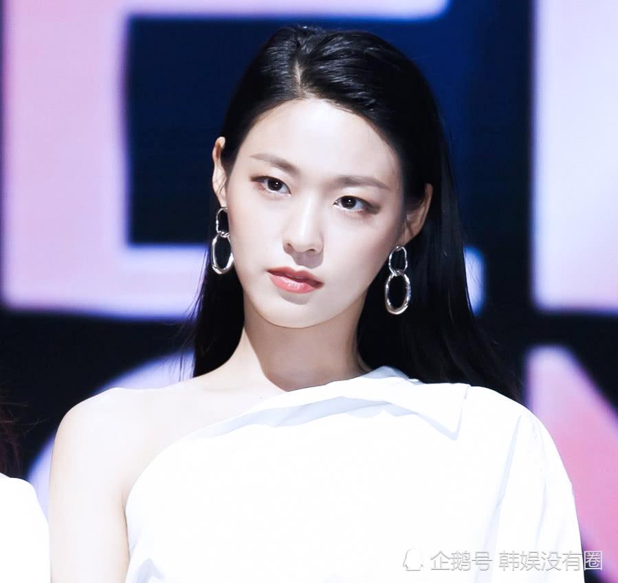 """蚂蚁腰吸睛!AOA 金雪炫""""白色连衣裙""""活动照成为话题"""
