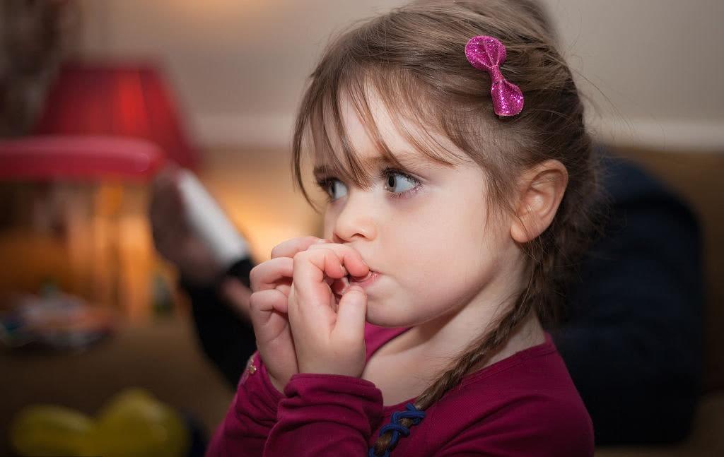 孩子一直咬指甲该怎么办,值得引起家长们的重视