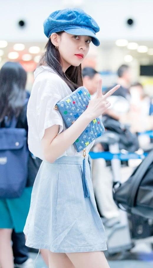 """看到宋妍霏机场照,才知道""""蓝莓色袜子""""那么好看,洋气又显白"""