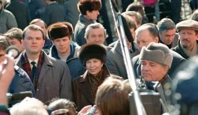 戈尔巴乔夫为何轻易背弃信仰?从其童年、大学生活能找到痕迹
