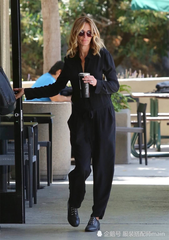 老牌女星朱莉娅气质太好了!黑色连体裤配皮鞋,这姿态哪像52岁