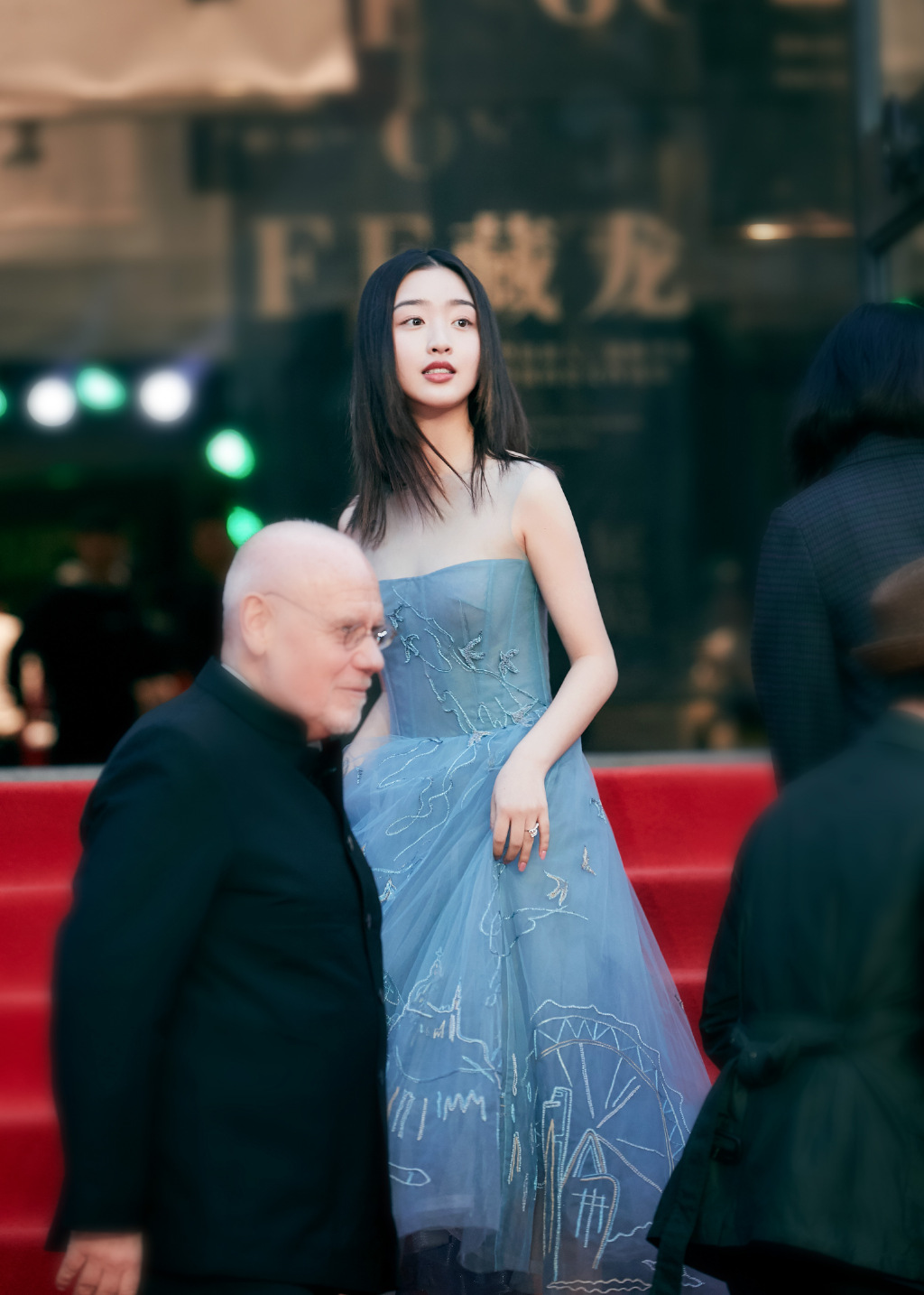 她是TFBOYS公司唯一女艺人,今穿蓝色纱裙,14岁优雅大气