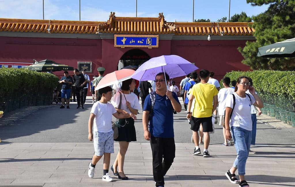 乌云散去,蓝天归来,雨过天晴的北京游人如织!