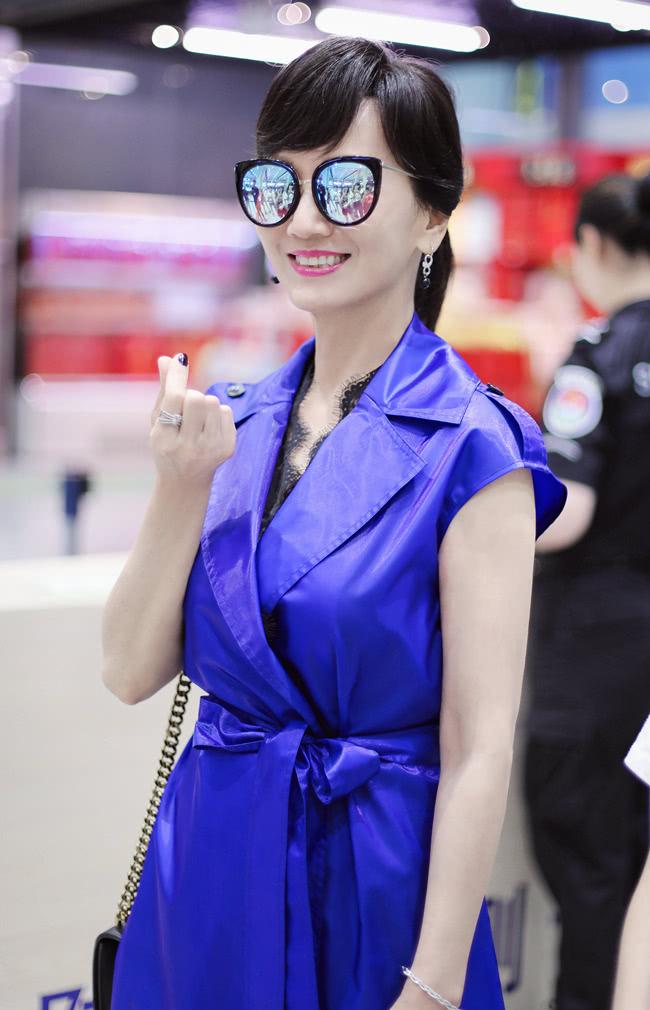 赵雅芝终于不装嫩,换上蓝色风衣裙超大气,这才像64岁的搭配!