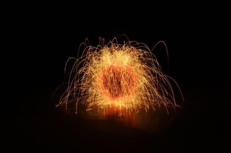 英国小镇上空出现了一个神秘火球!