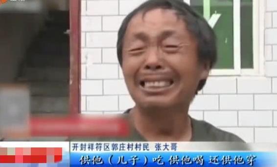 <b>少年沉迷赌博软件,将父亲十万输光,父亲泣不成声</b>