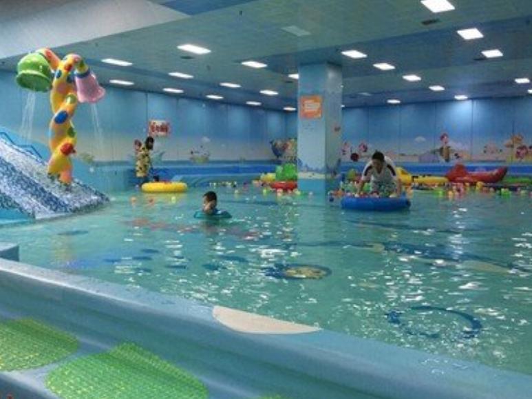 送孩子学游泳没想到羊入虎口,男童被教练连续猛摔3次,画面惊人