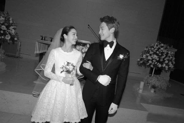 绝密婚礼照罕见曝光,金泰熙甜蜜挽手Rain超幸福