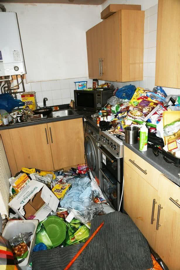 英国父母吸毒成瘾,7岁儿子生活在垃圾和毒品用具堆满的家中