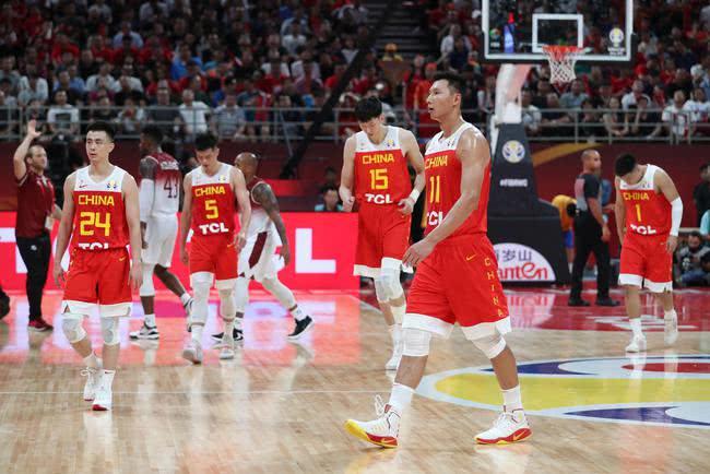 1分9秒中国队落后11分,姚明失落,18000球迷喊李楠下课
