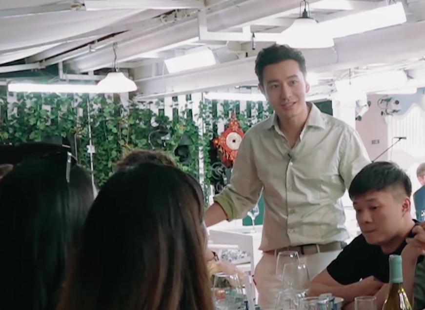 <b>中餐厅:外国客人订婚,黄晓明却给新娘献玫瑰花,注意新郎表情</b>