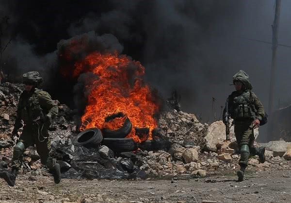 石块与枪的对抗,以色列士兵与巴勒斯坦人爆发冲突,现场混乱
