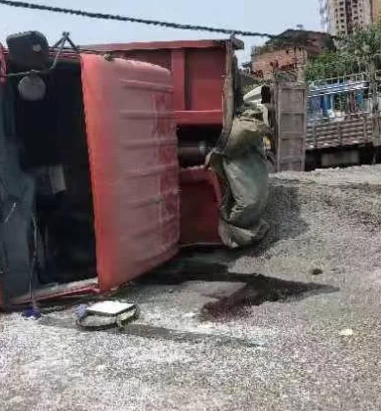 <b>货车十字路口处撞翻另一辆货车 还造成一辆小车受损</b>