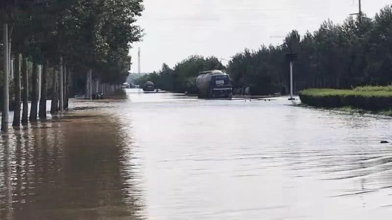 长江路一公里多路段被淹,紧急抢险中…