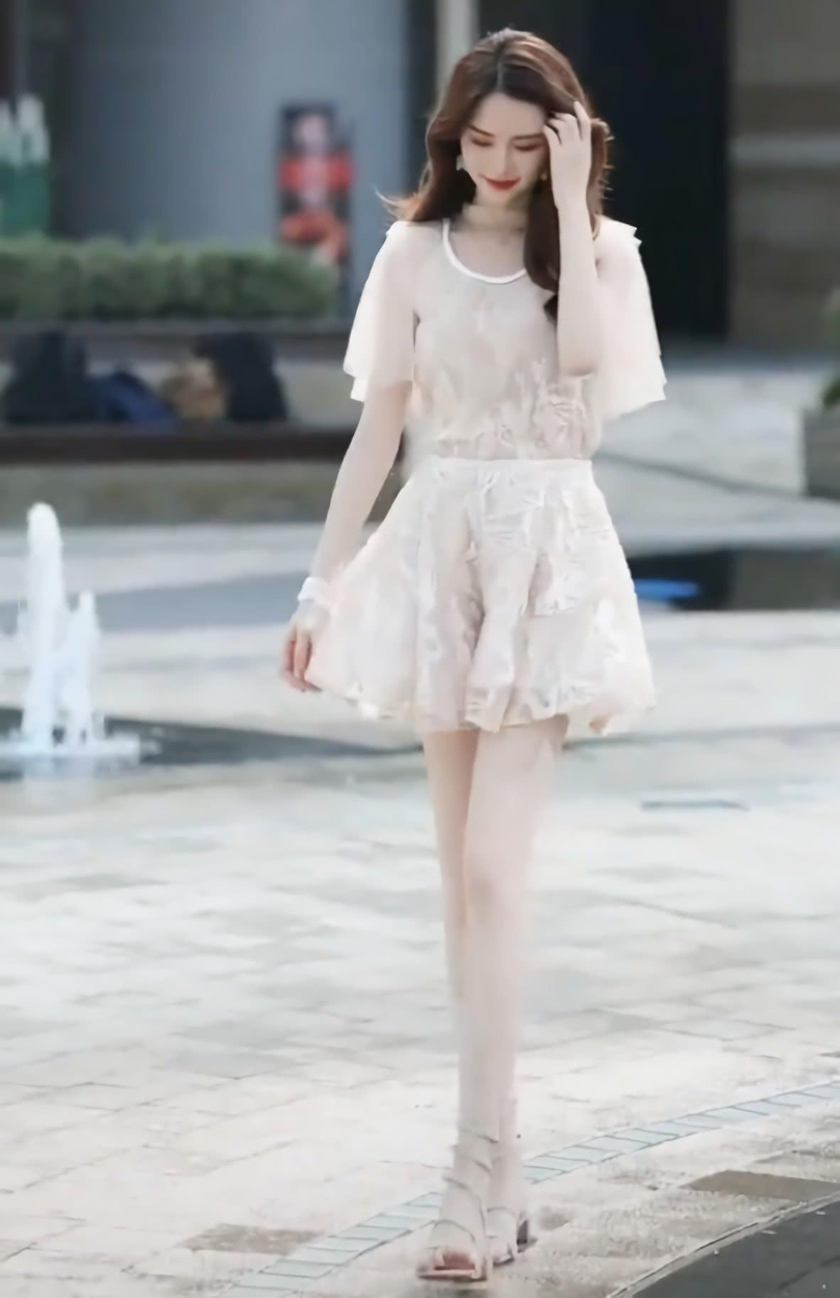 "<b>建议:女生一定要试试""弹簧凉鞋"",妹子穿后腿比脸还白,爱了!</b>"