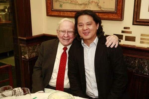 他曾花千万与巴菲特共进晚餐,如今企业巨亏超70亿