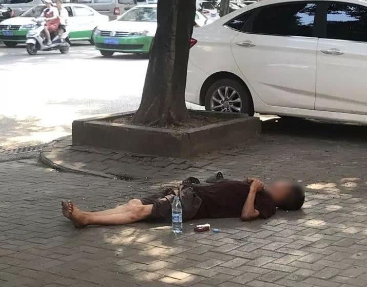 以天为被以地为床!男子赤脚顶着大太阳在路边睡觉