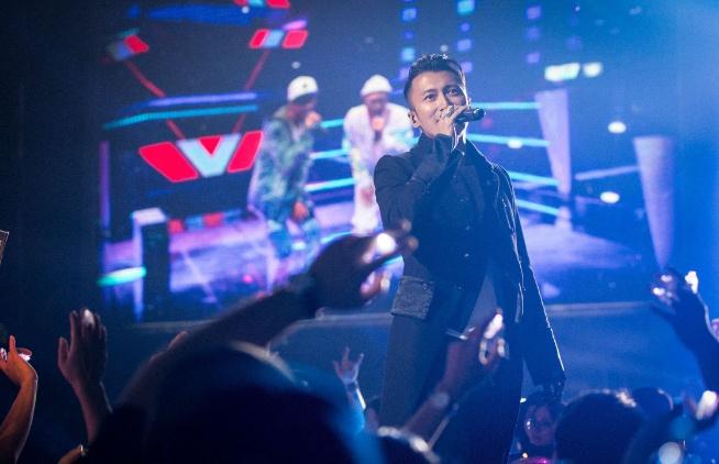 谢霆锋刚办完摇滚美食节,王菲就准备在明年开演唱会,还只有一场