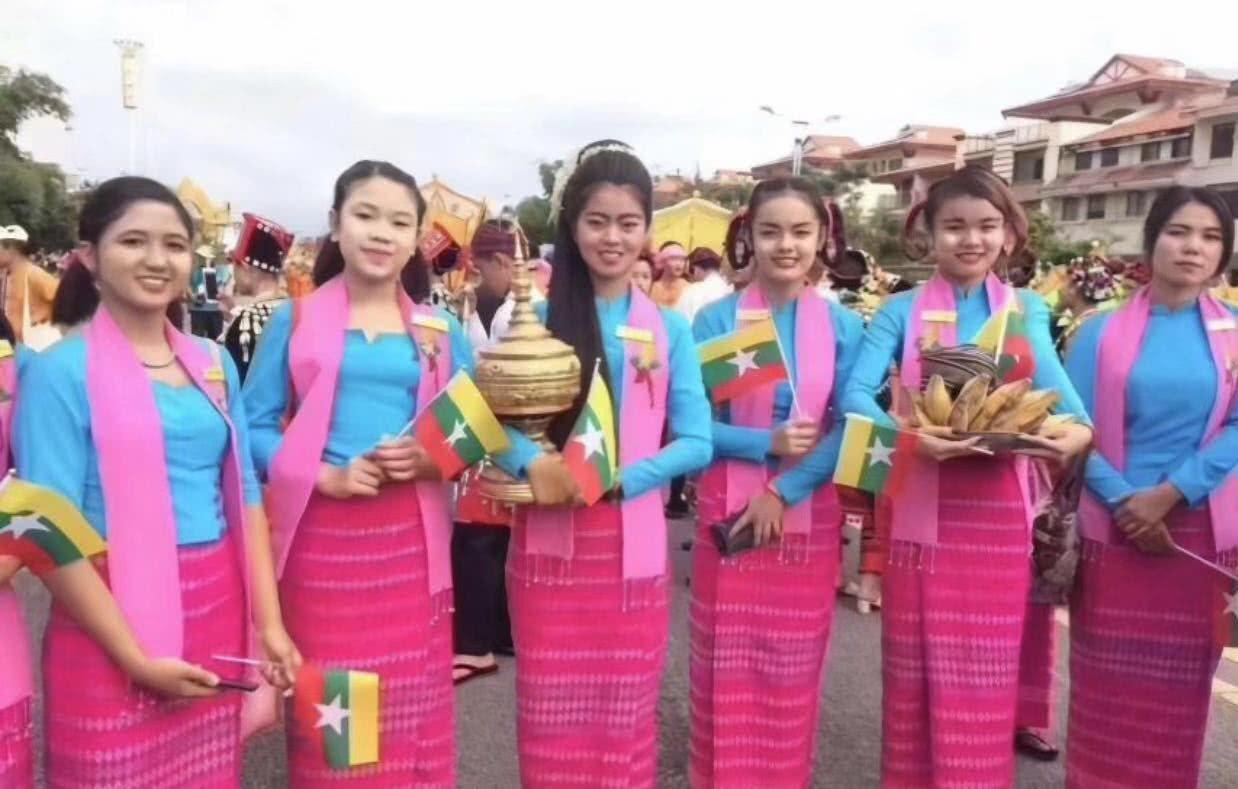 """缅甸男女都喜欢穿裙子,女性的""""筒裙""""感觉非常的好看,很鲜艳哦"""