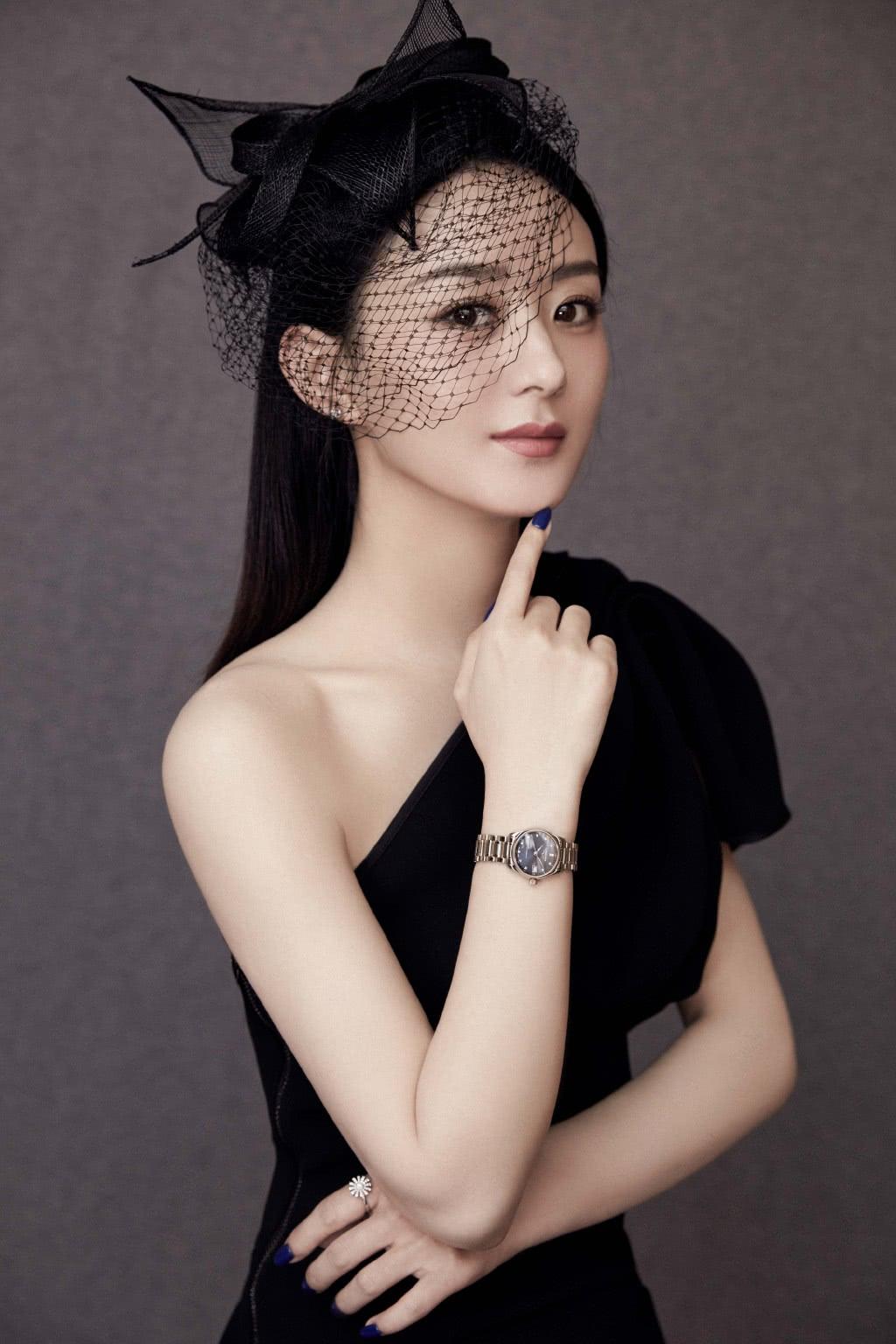 赵丽颖和杨幂,同为辣妈,挑战斜肩裙造型,到底谁更有范