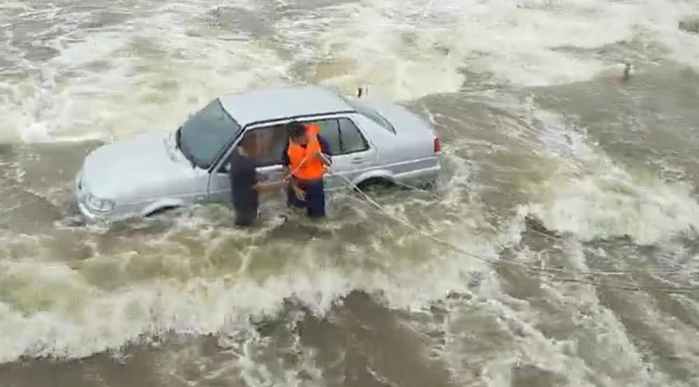 暴雨引发河水上涨淹没大桥 轿车冒险过桥司机被困洪水