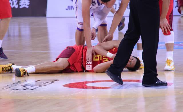中国男篮最揪心的一幕!阿联悲剧再次上演?郭艾伦右腿受伤