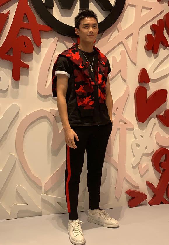 吴磊现身活动现场,红黑碰撞经典条纹超有活力,颜值爆表!