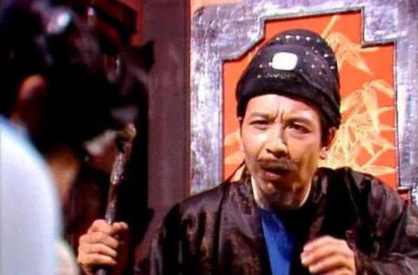 秦可卿的葬礼上,贾珍因腿部受伤而拄着拐杖,是被谁打的?