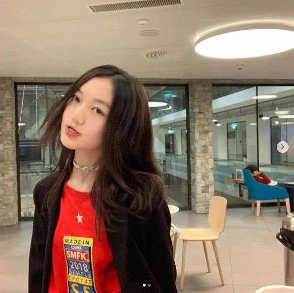 王菲女儿李嫣晒正面生活照,中分卷发气质成熟,兔唇似乎消失不见