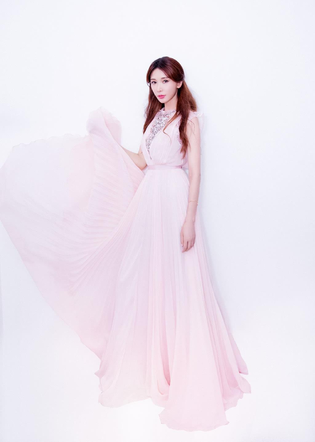 林志玲结了婚也挡不住的少女感,45岁穿粉裙,美得就像一朵花