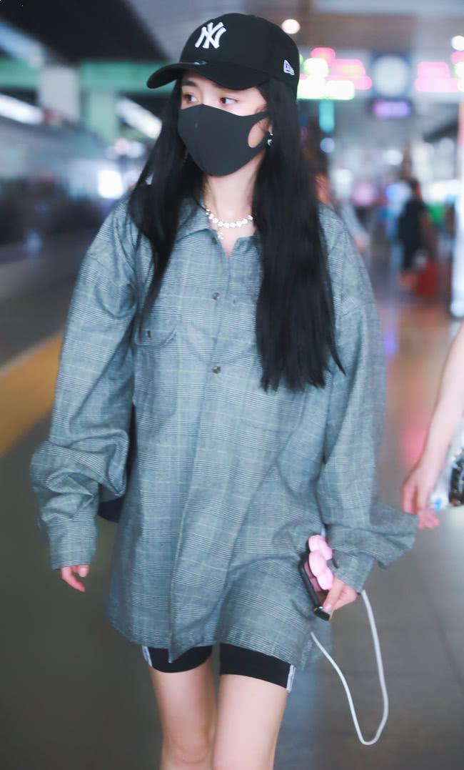 """杨幂走机场被赞腿细,但谁注意到她穿的""""榴莲鞋""""?又要成爆款!"""