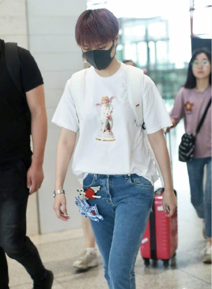 """匡威不潮了,学李宇春穿白T+""""糖果鞋"""",成整个机场最甜!"""