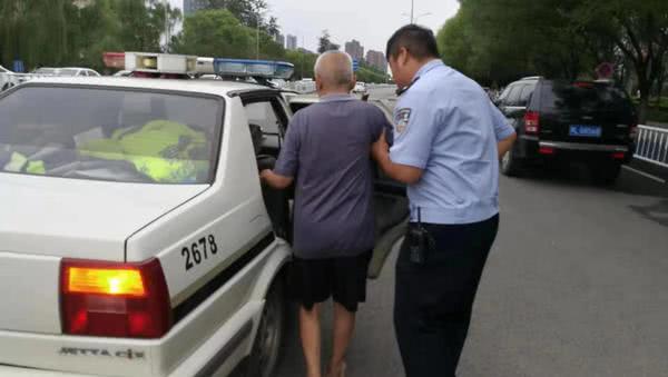 八旬老人步行探望朋友迷路,臉色蒼白……漯河交警挨個路口幫老人找家