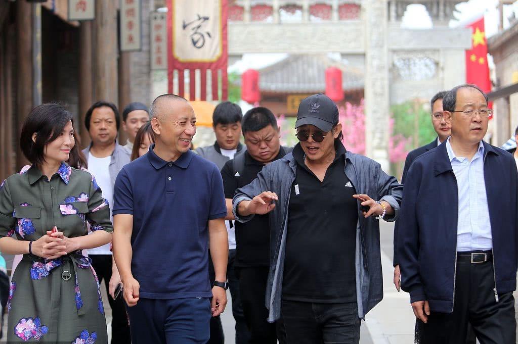56岁功夫巨星李连杰近照曝光 便装参观电影小镇神采奕奕