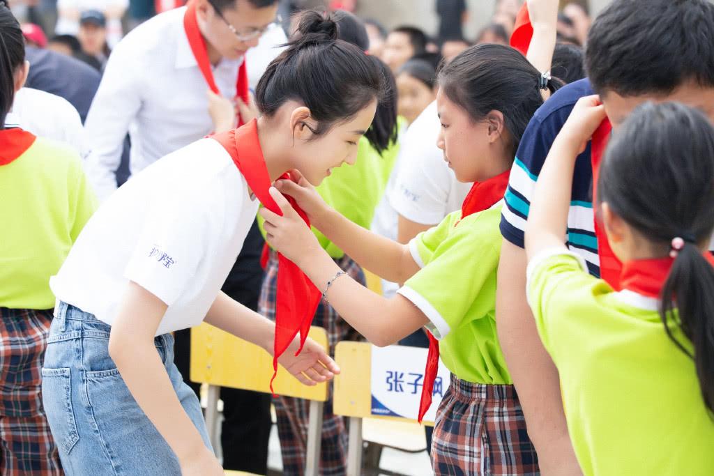 张子枫也太显嫩了,穿白T恤牛仔裤扎丸子头,说她小学生也不为过