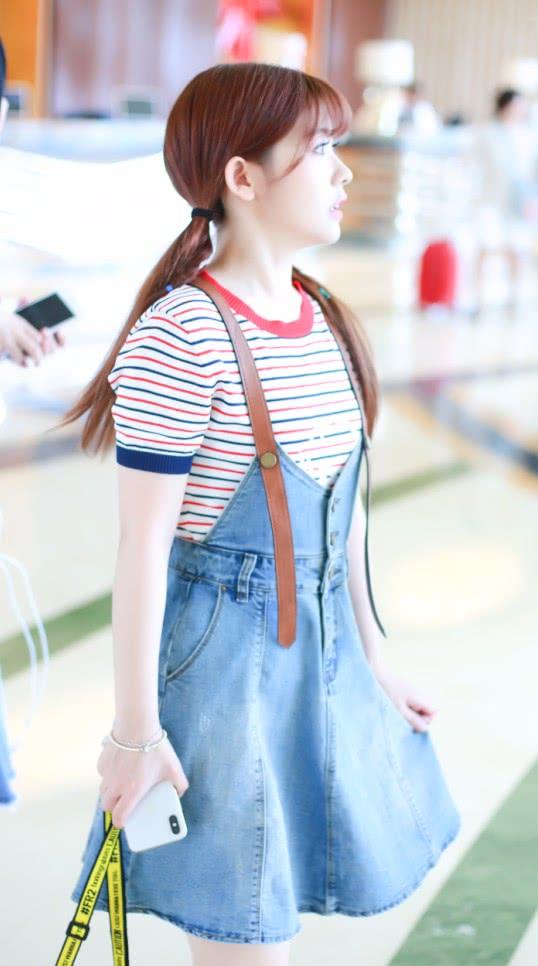 赖美云果然是组合中最可爱的,条纹T恤配背带裙,甜美似初恋