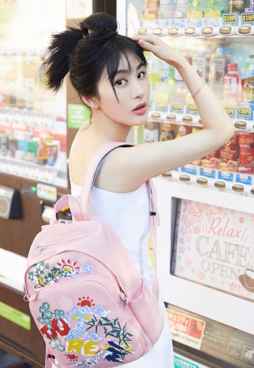 黄晓明版《鹿鼎记》她演曾柔,穿吊带裙背粉色书包,嫩成高中生了