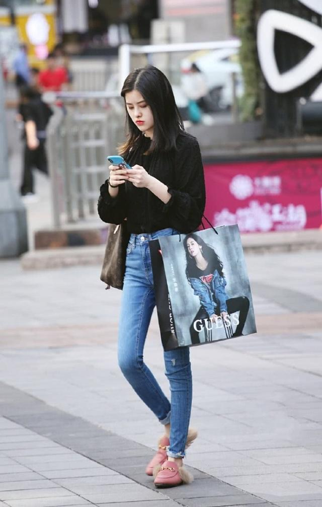 牛仔裤简约大方不失时髦品味,很好的衬托出美女的好气质