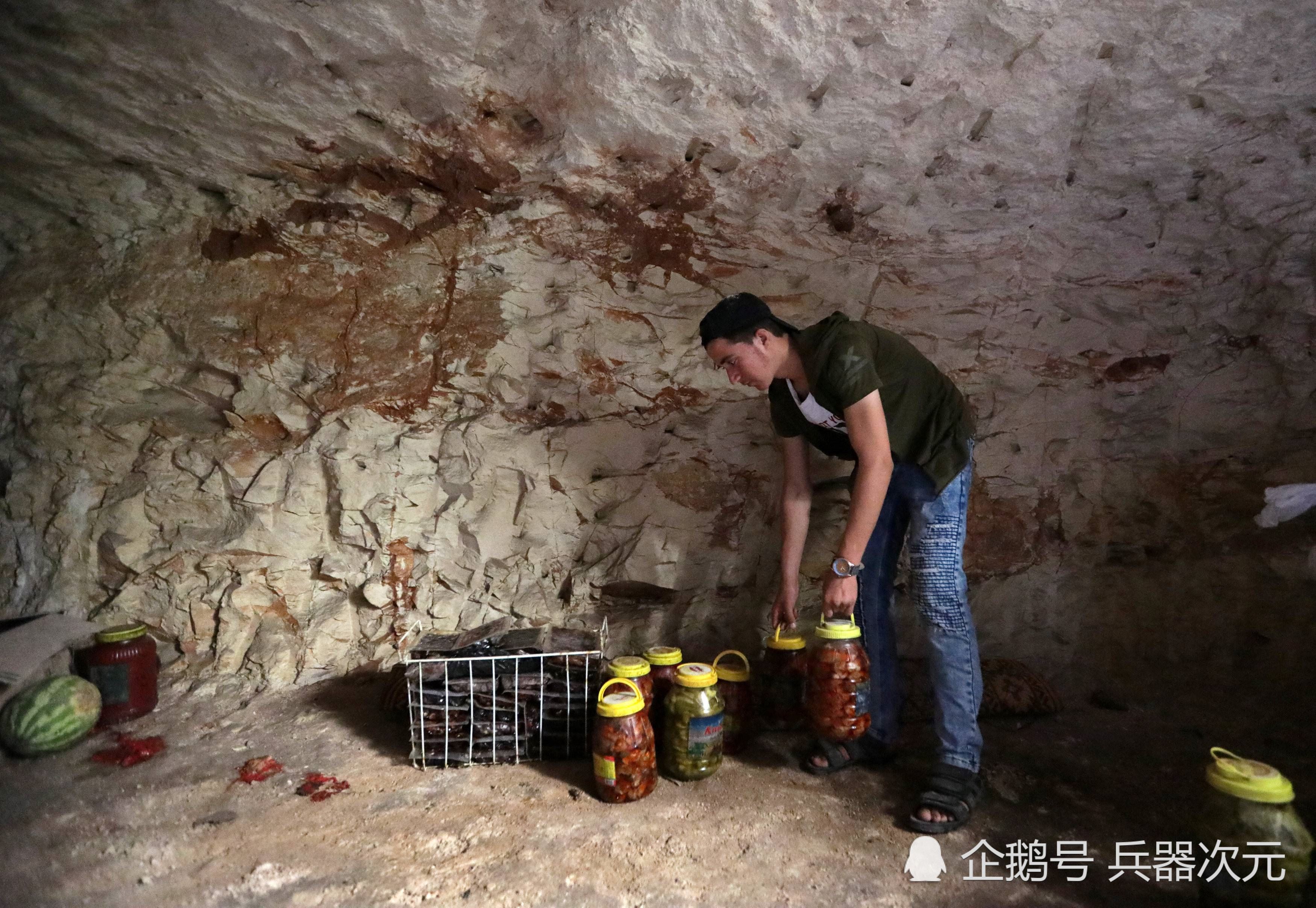 俄军攻占武装分子老巢,整座山被挖成基地,洞内发现大量美制武器