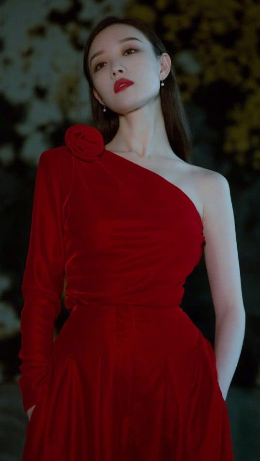 """有一种气质叫倪妮穿""""复古红裙"""",高贵而优雅,美得让人心动"""