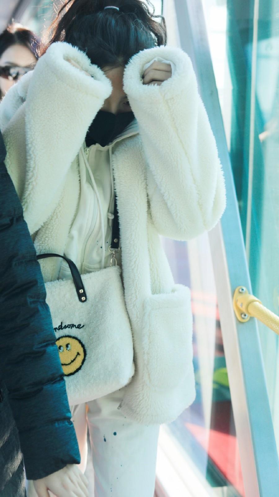 """杨超越怕不是个""""谐星"""",白色保暖穿搭现身机场,抱头走有点搞笑"""