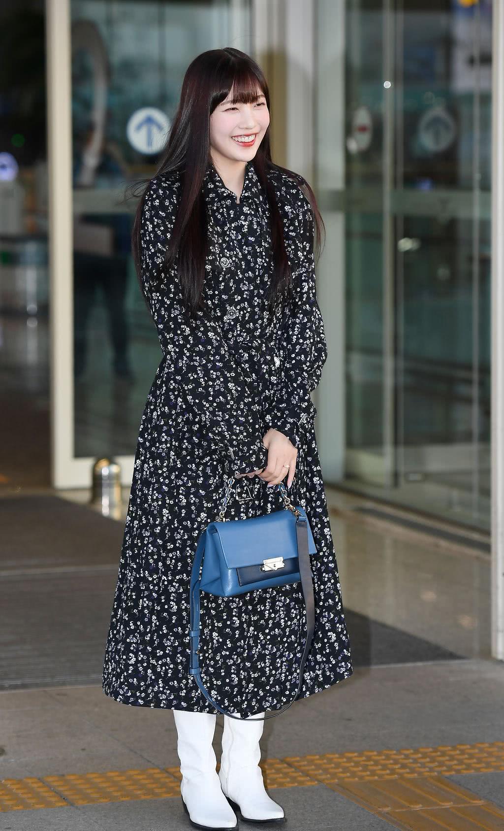 朴秀荣碎花裙搭配白靴略显矮,黑长直齐刘海加分,凭甜美气质获赞