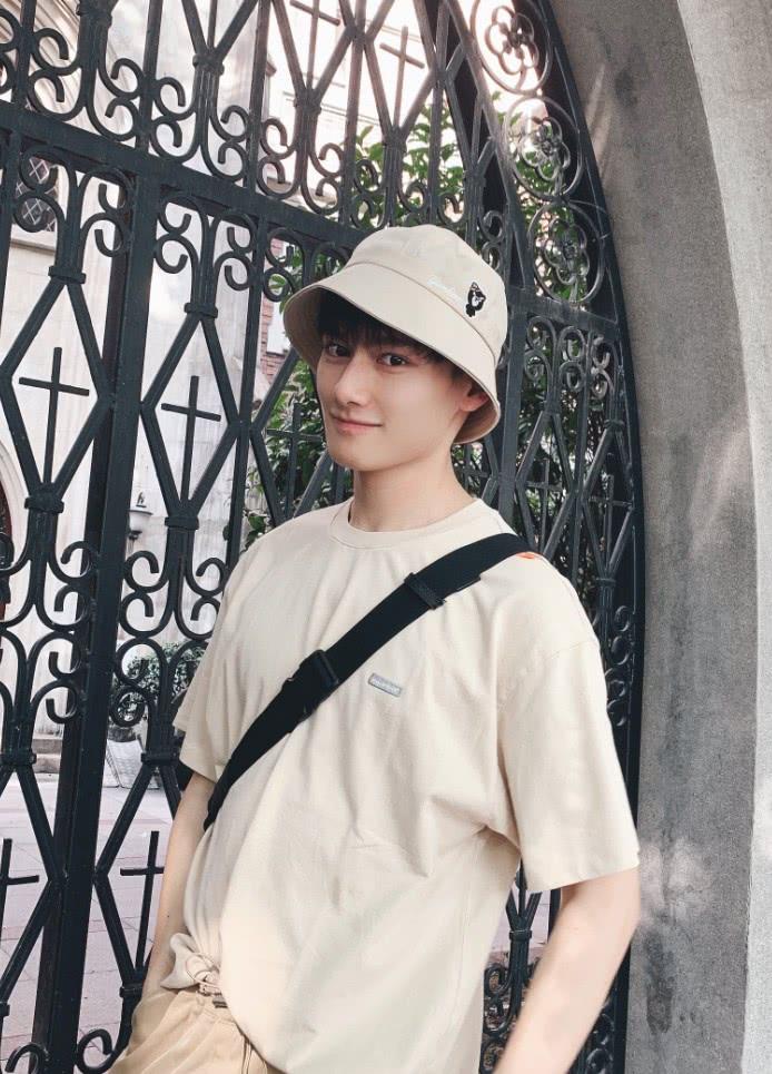 原来江澄换回现代装这么帅的吗渔夫帽+短袖,初恋男友既视感!
