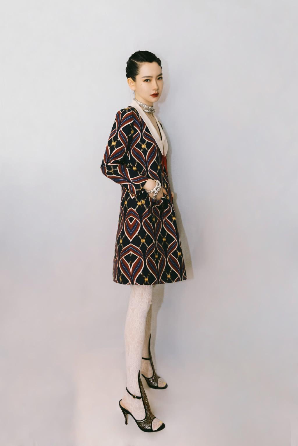 戚薇撞衫大八岁舒淇,同是菱形格纹圆领连衣裙,蛇形项圈赢了