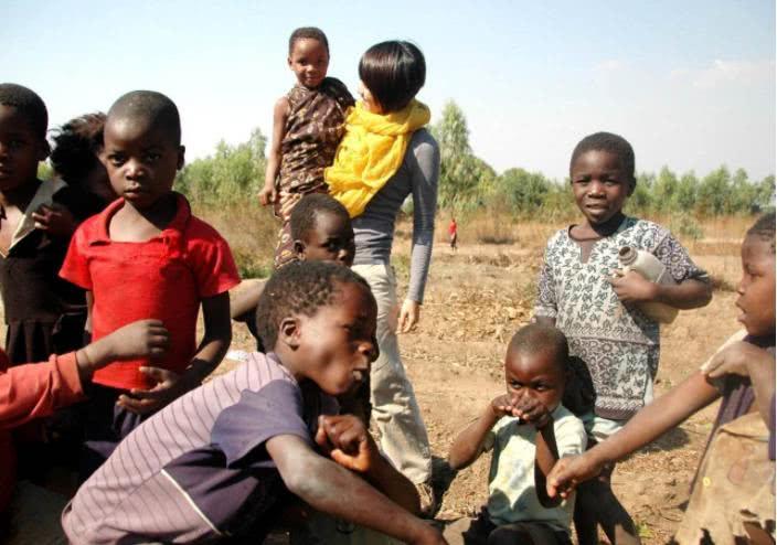 <b>中国游客去非洲游玩,被当地非洲小孩追着喊:有吃的吗?</b>