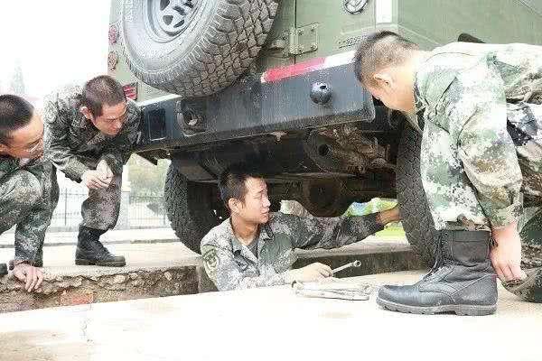 后勤兵枪法出众!一枪击中越南特工眉头,挽救师指挥所