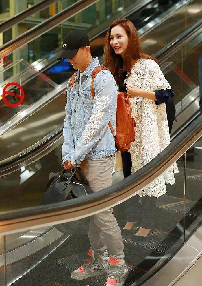 韩庚机场承包行李真男人!卢靖姗一身轻松,外套披肩被宠成女王