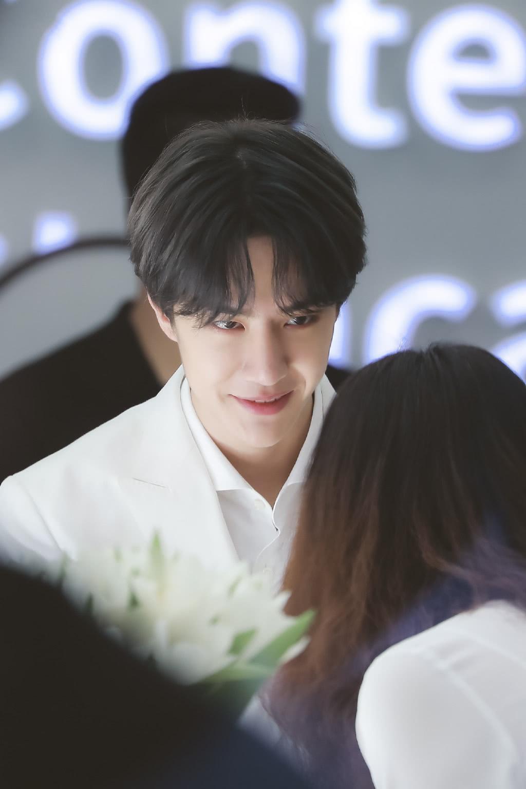 王一博参加活动现场照,白西装穿出王子感,笑起来的那刻我心动了