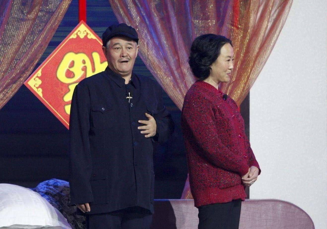 62岁赵本山现身女儿直播间,头发花白显疲态,父女差40岁五官神似