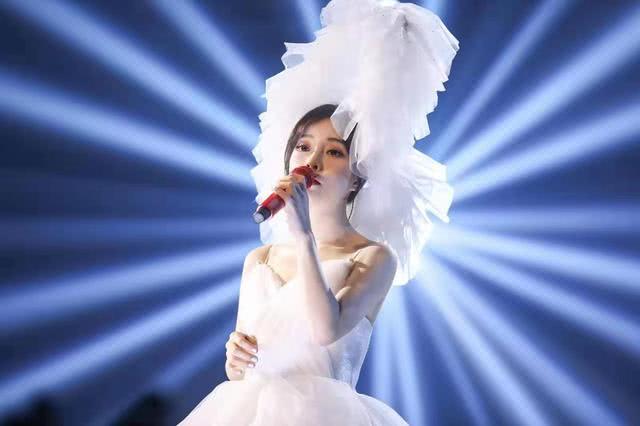 冯提莫演唱会注定能成功?网友:看到她手里的东西全明白了